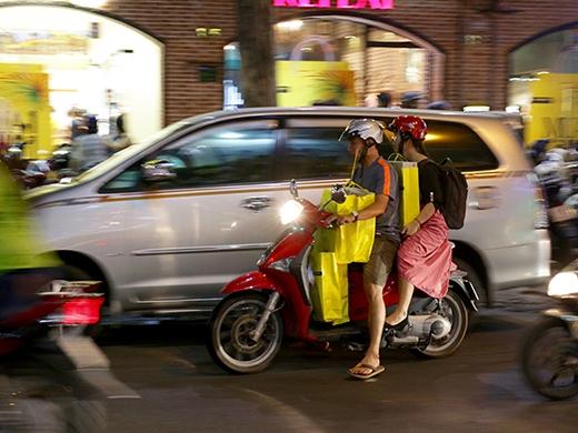 """Chuyến xe chuyên chở """"niềm vui ngày tết"""" từ cửa hiệu Hoang Phuc International."""