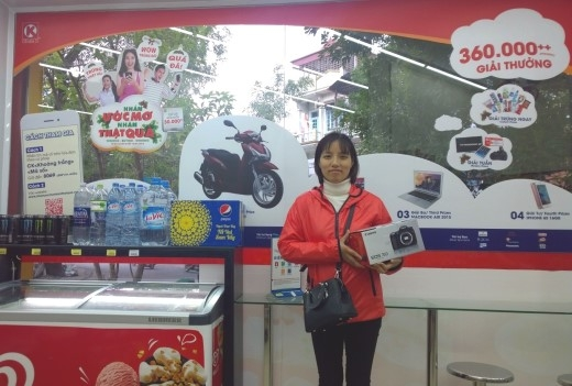Chị Thu Hà và quà tặng máy ảnh Canon EOS 70D từ Circle K.