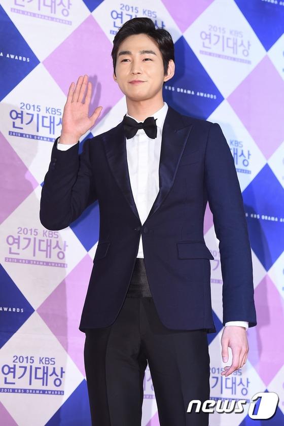 Sao nhí Kim So Hyun tỏa sáng tại thảm đỏ lễ trao giải KBS