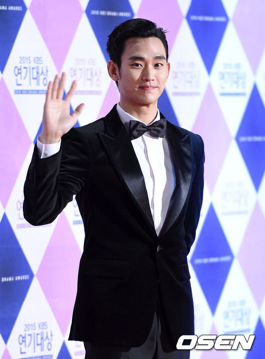 """""""Cụ giáo"""" Kim Soo Hyun khoe vẻ điển trai không tì vết trên thảm đỏ"""