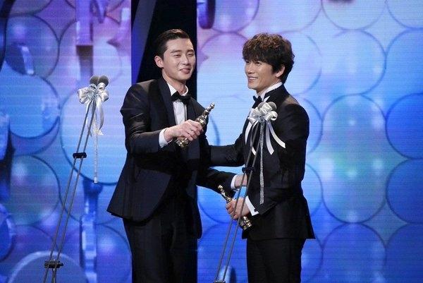 Fan bấn loạn Ji Sung và Park Seo Joon giành giải cặp đôi của năm