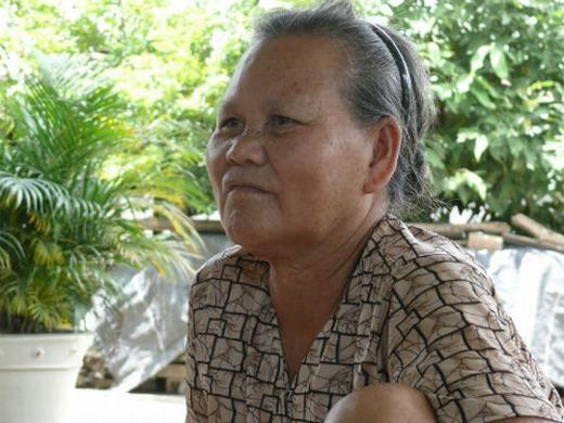 Tháng 10/2010, người ta đã vớt được xác một cụ bà sau 7 giờ trôi trên sông. Xác định cụ đã chết, mọi người đắp chiếu, thắp hương và tìm người thân đến nhận xác. Tuy nhiên, khi pháp y đang khám nghiệm thì tử thi... bỗng dưng bật dậy khiến mọi người chạy tán loạn. Sau khi hoàn hồn, mọi người mới biết cụ còn sống. Khi hỏi, cụ vẫn nói rành mạch tên mình là Nguyễn Thị Dí, 70 tuổi, sống tại xã Đông Thạnh, huyện Hóc Môn, TP.HCM. (Ảnh: Internet)