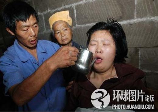 """Trường hợp của cô gái tên Tiểu Hương ở huyện Lương Bình, Trùng Khánh, Trung Quốc cũng kì lạ không kém. Trong khi nhà tang lễ đang thực hiện lần hỏa táng cuối cùng thì thấy túi đựng xác Tiểu Hương động đậy. Ngay tức khắc, mọi người lại gần và thấy """"xác chết"""" vẫn còn hô hấp. Cô gái được đưa tới bệnh viện và đã được cứu sống. (Ảnh: Internet)"""
