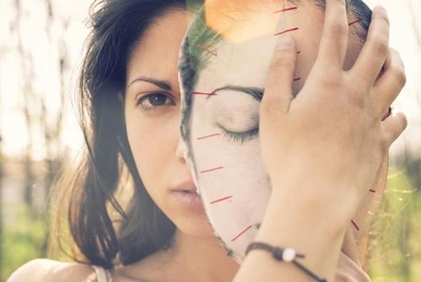 Con người luôn đeo một chiếc mặt nạ để che khuất đi những khuyết điểm bên trong. (Ảnh: Internet)