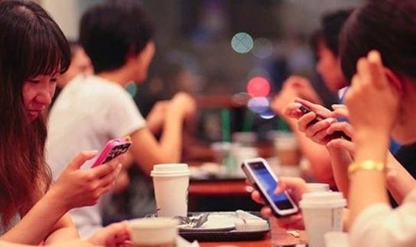 Hãy bắt chuyện và giao tiếp nhiều hơn khi gặp gỡ bạn bè ngoài đời thật bạn nhé. (Ảnh: Internet)
