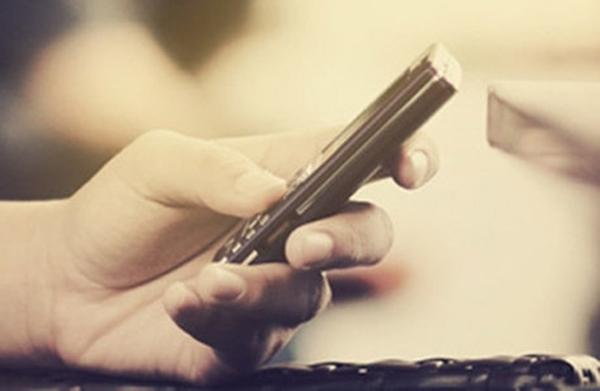 Điều tối kị nhất trong văn hóa sử dụng điện thoại di động là đọc trộm tin nhắn của người khác. (Ảnh: Internet)