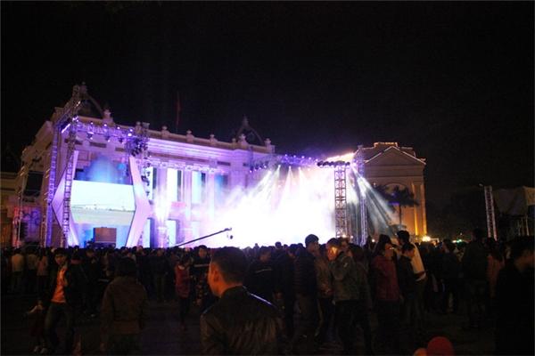 Người dânHà Nộiphủ kín các quảng trường trung tâm để chào đón năm mới.(Ảnh: Internet)