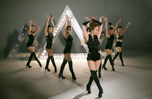 """Những động tác vũ đạo gợi cảm và sự đầu tư nghiêm túc về trang phục cũng như bối cảnh trong MV Single Lady cũng khiến ca khúc này nhanh chóng """"gây bão"""" trên thị trường nhạc Việt. Single Lady cũng từng giữ vị trí đứng nhất 1 tuần trên BXH Yan Vpop 20."""