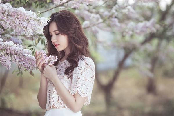 Cô nàng chọn chiếc áo ren mỏng màu hồng nhạt... - Tin sao Viet - Tin tuc sao Viet - Scandal sao Viet - Tin tuc cua Sao - Tin cua Sao