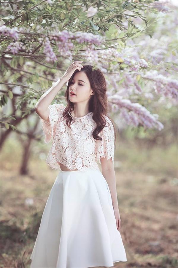 ...Kết hợp cùng chân váy trắng chữ A đơn giản, tinh tế nhưng không kém phần sang trọng. - Tin sao Viet - Tin tuc sao Viet - Scandal sao Viet - Tin tuc cua Sao - Tin cua Sao