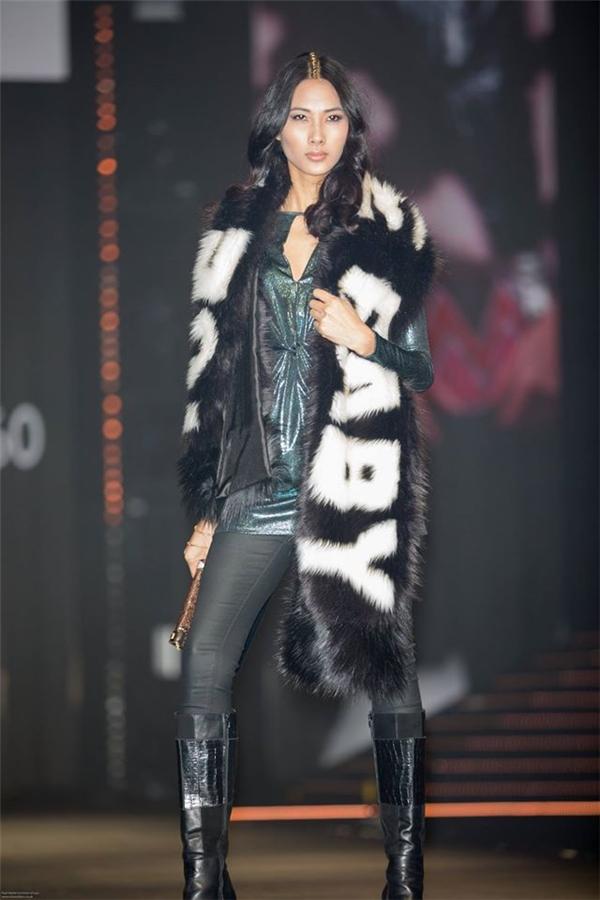 Trước đó, Hoàng Thùy cũng vinh dự là người mẫu châu Á duy nhất xuất hiện trên sàn diễn một show thời trang lâu đời ở Anh quốc với vai trò người mở màn. Niềm vui này cũng từng được chân dài chia sẻ trên trang cá nhân.