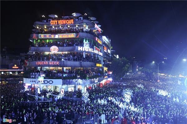 Tối 31/12, toàn bộ khu vực hồ Gươm bao gồm Quảng trường Đông Kinh Nghĩa Thục, tượng đài Lý Thái Tổ và Quảng trường Cách mạng Tháng Tám như một biển người. Ảnh: Việt Hùng.