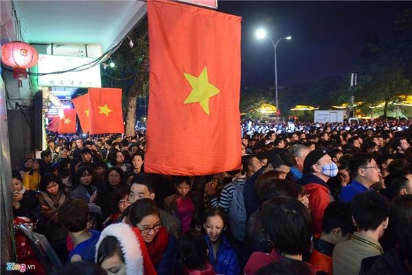 Cả trăm nghìn người dân bao gồm từ trẻ nhỏ đến người đứng tuổi đổ về trung tâm Thủ đô đón mừng năm mới 2016 ngay từ 19h tối. Ảnh: Anh Tuấn.