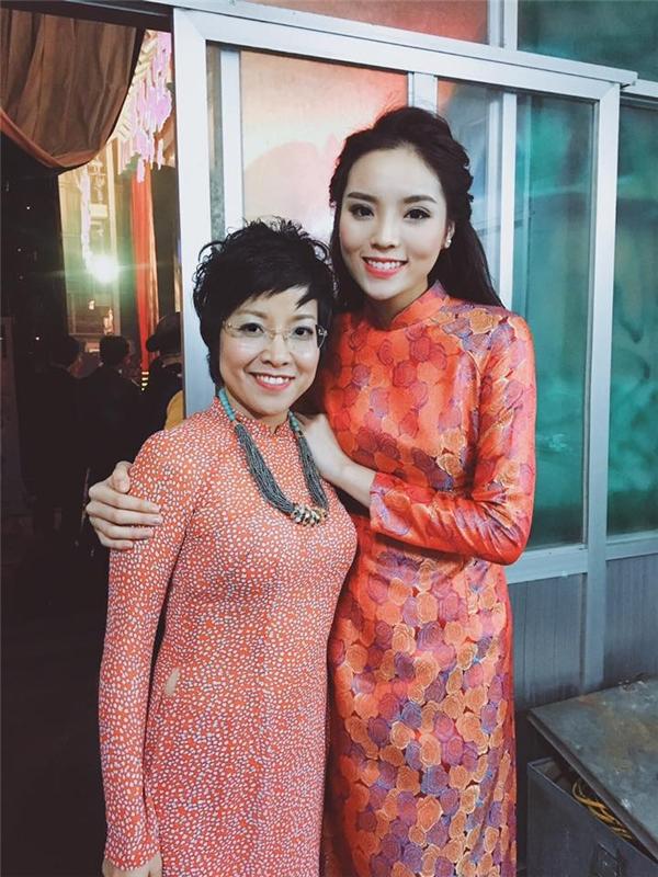 Trong khi đó, hoa hậu Kỳ Duyên lại nền nã, kín đáo với tà áo dài truyền thống. Cô vui vẻ hội ngộ MC Thảo Vân.