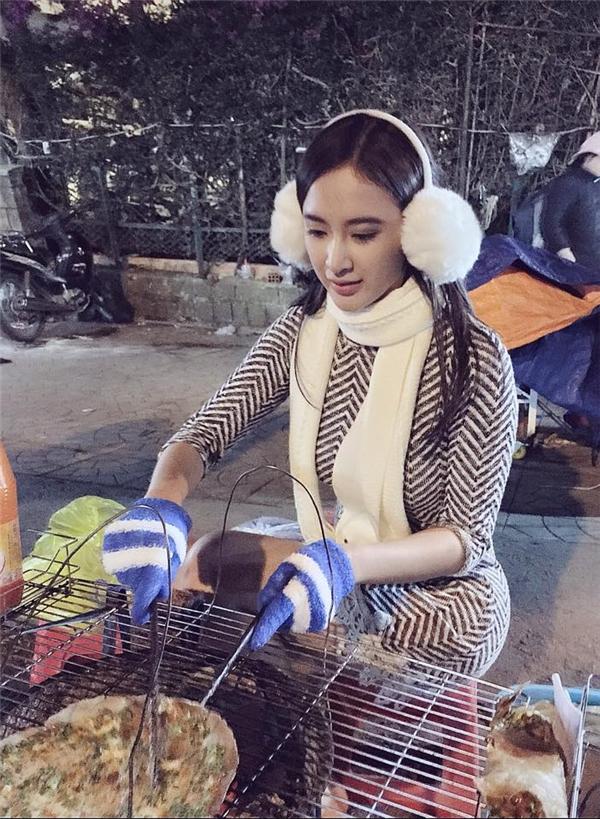 Thời tiết lạnh của Đà Lạt giúp Angela Phương Trinh có thể làm điệu thoải mái với loạt phụ kiện của mùa Thu - Đông. Hiện tại, nữ diễn viên đang hoàn tất những cảnh quay cuối cùng cho bộ phim sắp ra mắt.