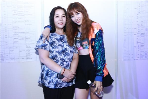 Nữ ca sĩ cũng chưa từng công bố hình ảnh mẹ cô với truyền thông. Tuy nhiên, Hari Won từng chia sẻ ước muốn khi nàomua được nhà ở Việt Nam sẽ đón bố mẹ sang ở chung. - Tin sao Viet - Tin tuc sao Viet - Scandal sao Viet - Tin tuc cua Sao - Tin cua Sao