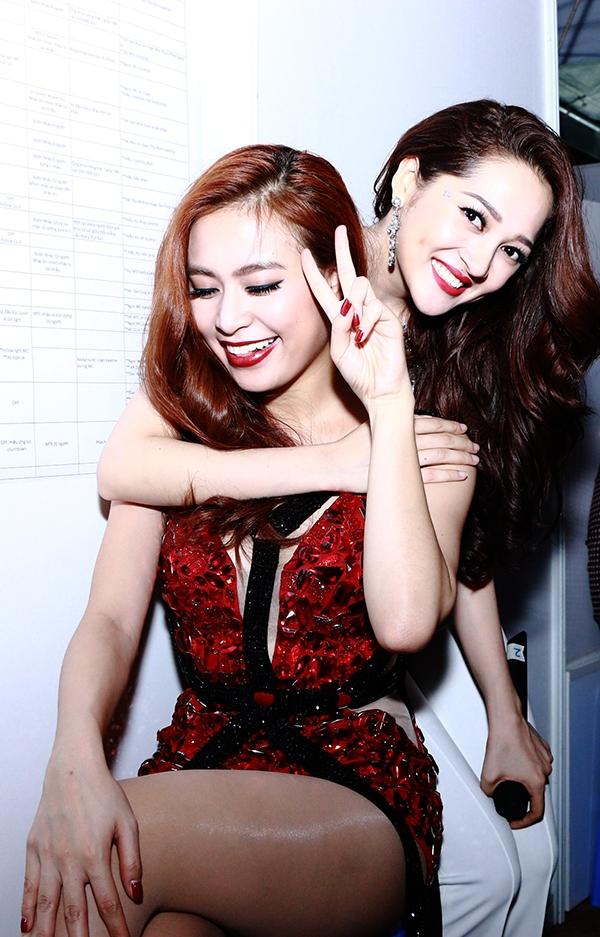 Cùng góp mặt trong đêm nhạc với Hari Won, là sự xuất hiện của nữ ca sĩ Hoàng Thùy Linh và Bảo Anh. Hai mĩ nhân Việt vui vẻ tạo dáng chụp ảnh cùng nhau. - Tin sao Viet - Tin tuc sao Viet - Scandal sao Viet - Tin tuc cua Sao - Tin cua Sao