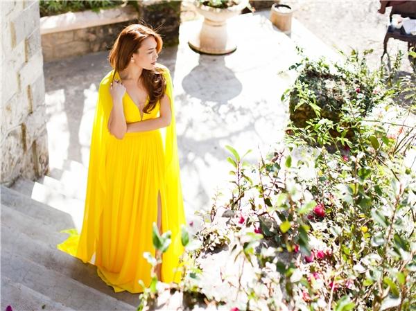 Diện chiếc đầm vàng nổi bật, Mỹ Tâm đẹp tựa nữ thần mong mang dưới nắng sớm. - Tin sao Viet - Tin tuc sao Viet - Scandal sao Viet - Tin tuc cua Sao - Tin cua Sao
