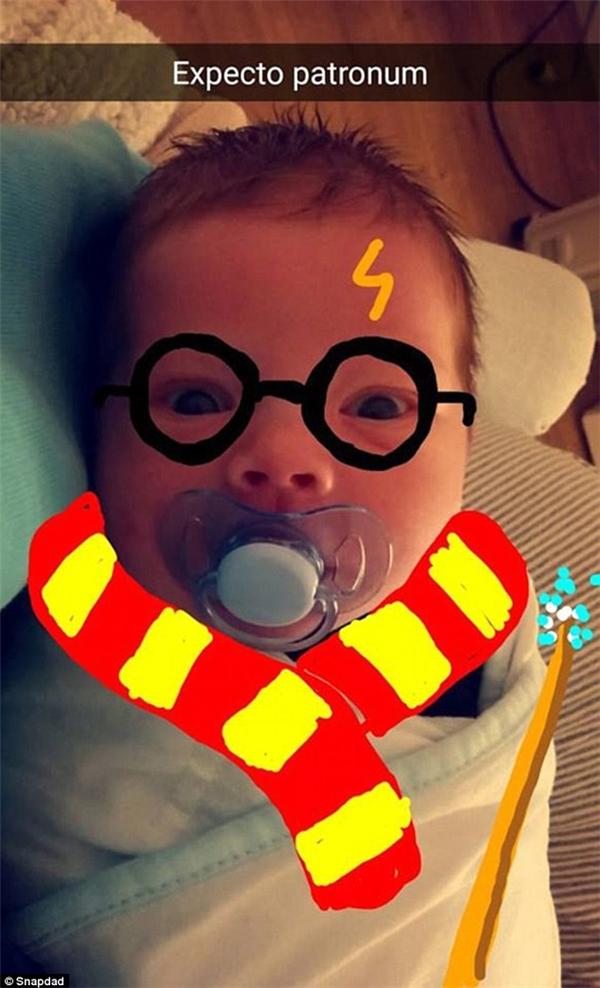 """""""TiểuHarry Potter"""" thật đáng yêu. (Ảnh: Internet)"""