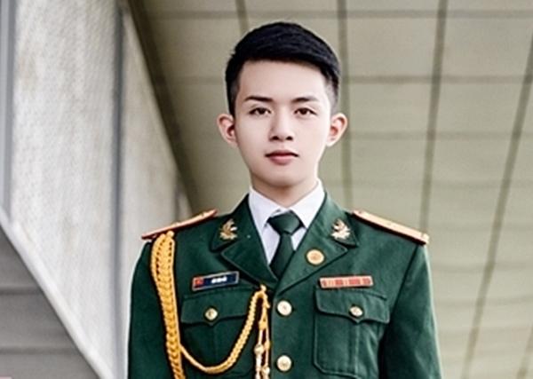 Những bức ảnh mặc quân phục của Bảo Hoàng thu hút nhiều sự chú ý của cộng đồng mạng. (Ảnh: Internet)
