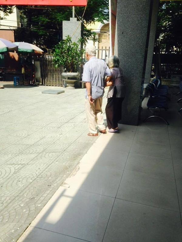Ấm lòng khoảnh khắc hai ông bà cụ đứng bên nhau chờ đón Giao thừa