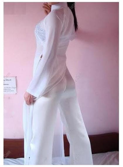 Hình ảnh phản cảm của các nữ sinh khi mặc áo dài mỏng dính. Ảnh: Internet