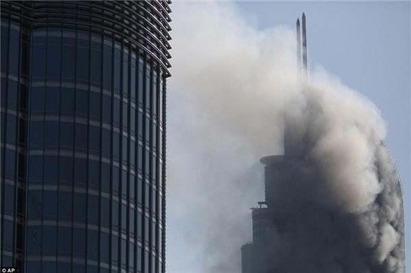 Đến sáng hôm sau, đám cháy đã được khống chế. (Ảnh: AP)