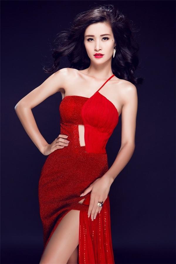 Hình ảnh đầy thu hút, quyến rũ của Đông Nhi trong những bộ ảnh thời trang. Nữ ca sĩ chuộng trang phục cắt xẻ táo bạo.