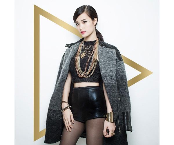 Trong các MV ra mắt trong năm 2015, yếu tố thời trang luôn tạo nên sức hút mãnh liệt cho Đông Nhi. Tạo hình của nữ ca sĩ luôn ấn tượng và gợi cảm.