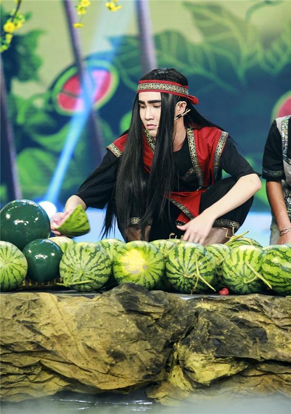 Huỳnh Lập dùng dưa hấu