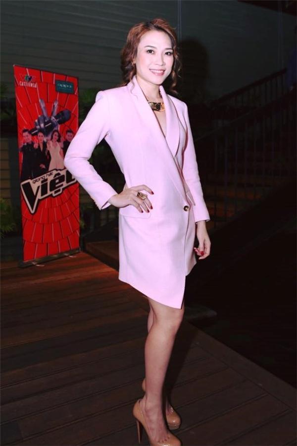 """Ngay trong buổi họp báo ra mắt chương trình The Voice 2015, Mỹ Tâm đã thực sự mang đến bất ngờ khi diện bộ váy lấy phom từ áo vest truyền thống. Thiết kế với tông hồng ngọt ngào giúp tăng vẻ nữ tính, điệu đà nhưng không kém phần gợi cảm. Đây cũng chính là """"phát pháo"""" đầu tiên báo hiệu cho sự thay đổi tích cực trong gu thời trang của Mỹ Tâm."""