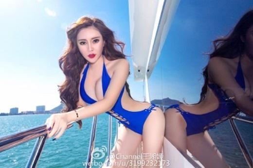 """Đường cong hút hồn của cô """"thiêu đốt"""" mọi ánh nhìn. (Ảnh Weibo)"""