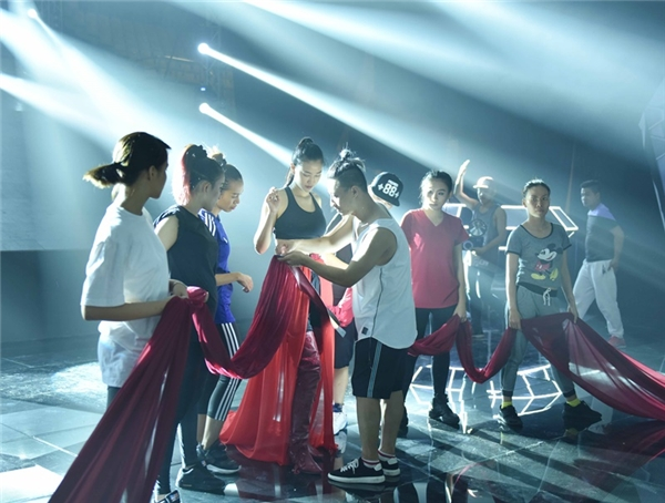 Tô Lâm giúp Maya luyện tập vũ đạo. - Tin sao Viet - Tin tuc sao Viet - Scandal sao Viet - Tin tuc cua Sao - Tin cua Sao