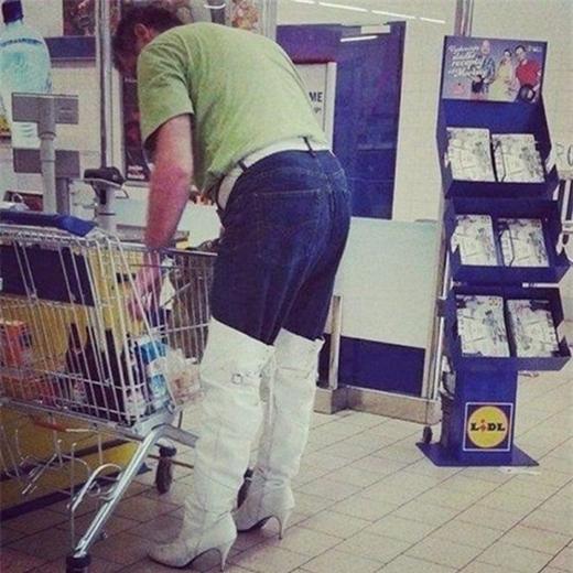 Giày bốtđâu có dành riêng cho phái nữ! (Ảnh: Internet)   Chắc ông bố đang mặc trang phục tông xuyệt tông vớiem bé trong nôi.(Ảnh: Internet)   Thời trang tua rua lên ngôi.(Ảnh: Internet)