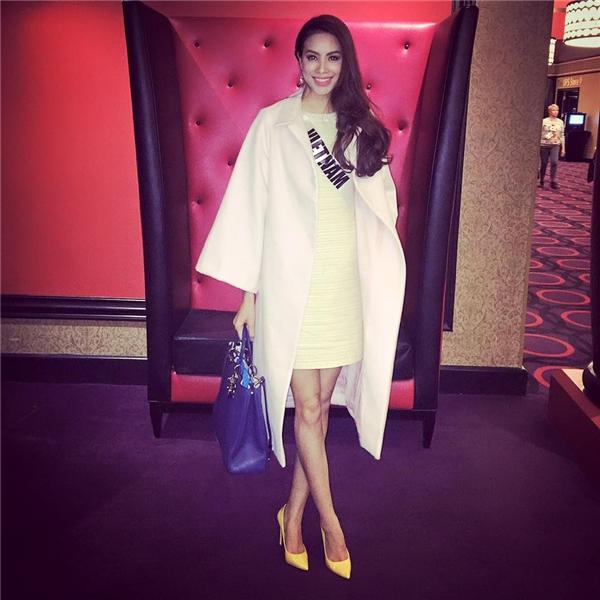 Diện bộ trang phục mang đậm màu sắc Thu - Đông, Phạm Hương khéo léo kết hợp cùng chiếc túi xách màu xanh đậm. Thiết kế này có giá gần 200 triệu đồng và cũng thuộc về Dior.