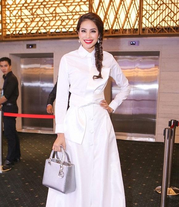 Chiếc túi Lady Dior màu xám bạc ánh kim cũng được Hoa hậu Hoàn vũ Việt Nam 2015 vô cùng yêu thích. Những thiết kế tầm trung này có giá từ 80 đến dưới 150 triệu đồng tùy theo màu sắc.