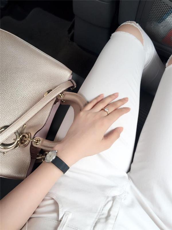 Cận cảnh chiếc túi Dior màu beige nhạt của Phạm Hương.