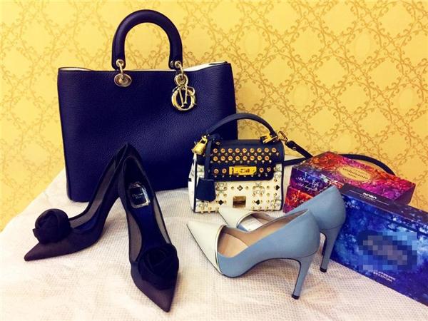 Hai đôi giày cao gót của Dior mà Phạm Hương hay sử dụng. Đây là lần hiếm hoi người đẹp 24 tuổi khoe những món hàng hiệu mới tậu.