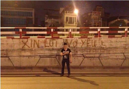 """Hình ảnh nam thanh niên dùng sơn để viết lên bức tường công cộng dòng chữ: """"Xin lỗi người yêu"""" khiến người ta lắc đầu ngán ngẩm. Khoan nói tính khả thi của cách thức này, hành động viết bậy lên bức tường nơi công cộnglàđã vô cùng phản cảm và khó chấp nhận. (Ảnh: Internet)"""