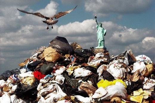 Bãi rác lớn, và đằng xa là... Nữ thần Tự do. (Ảnh: Internet)