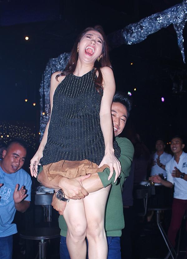 Và trong một lúc quá phấn khích, Quý Bình đã bất ngờ ôm chặt và nhấc bổng Minh Hằng xoay vòng và nhún nhảy theo điệu nhạc. - Tin sao Viet - Tin tuc sao Viet - Scandal sao Viet - Tin tuc cua Sao - Tin cua Sao