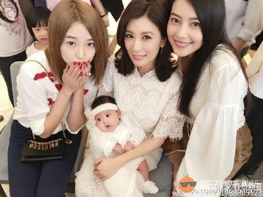 Giả Tịnh Văn cùng chồng là Tu Kiệt Khải và bạn bè trong buổi tiệc mừng đầy tháng con gái yêu. (Ảnh: Internet)