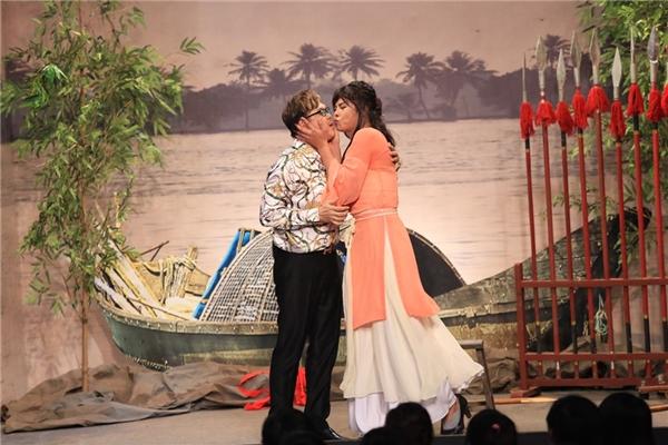 Chí Tài và Võ Minh Lâm trao nhau nụ hôn nồng cháyngay trên sân khấu. - Tin sao Viet - Tin tuc sao Viet - Scandal sao Viet - Tin tuc cua Sao - Tin cua Sao