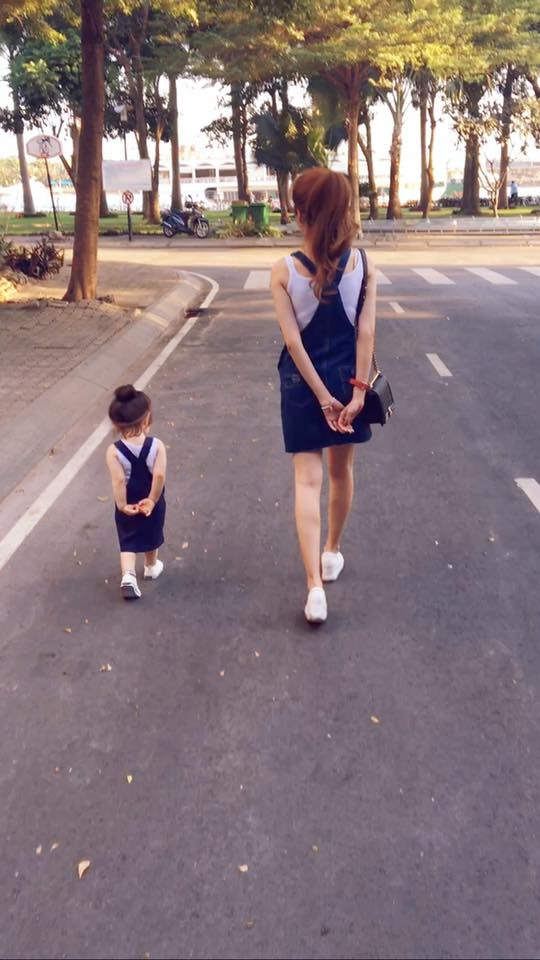 Mới đây, những hình ảnh mà Elly Trần chia sẻtiếp tục khiến người hâm mộ thích thú khi cô và con gái trở thành những fashionista chính hiệu.