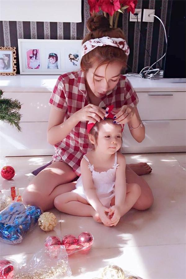 Hot girl chăm chút cho cô con gái từng tí một. Hiện tại, Elly Trần đang dành thời gian chăm sóc Candie Mộc Trà và công việc kinh doanh.