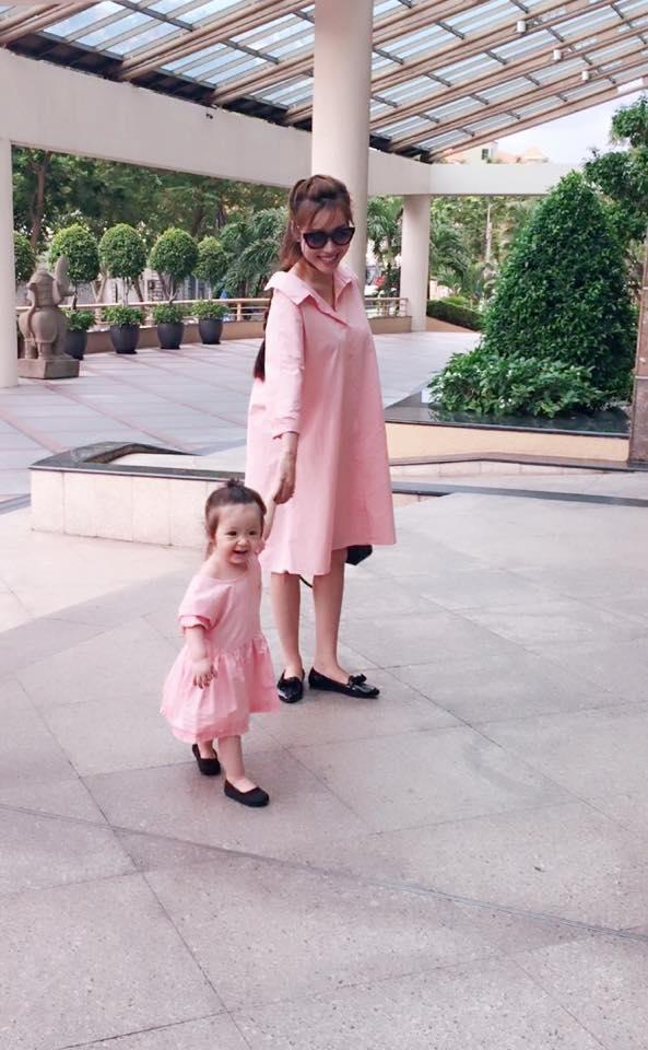 Cùng diện màu hồng ngọt ngào, nếu như bé Mộc Trà đáng yêu với dáng váy xòe thì Elly Trần lại hiện đại, cá tính với áo sơ mi phom rộng.