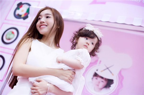 Trong hai bộ váy trắng, Elly Trần và con gái như hai thiên thần bước ra từ thế giới huyền ảo. Vẻ đẹp ngọt ngào, đáng yêu của hai mẹ con hot girl luôn chiếm trọn tình cảm của người hâm mộ.