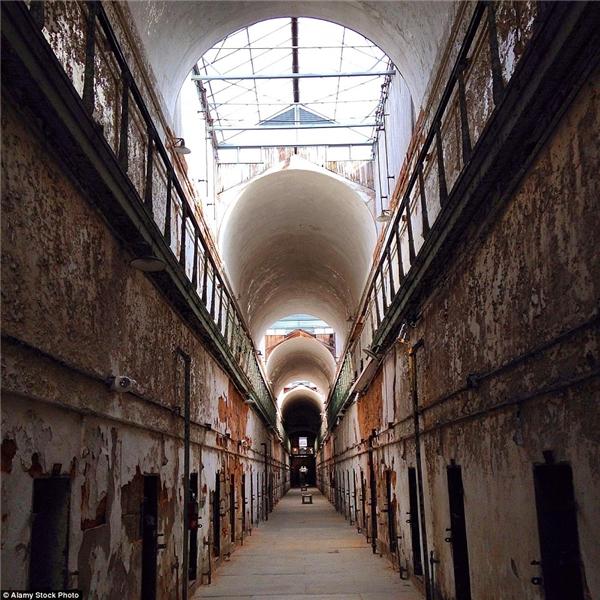 Nhà tù Eastern State Penitentiary ở Pennsylvania từng được xây dựng để biệt giam tù nhân. Đóng cửa vào năm 1971 nhưng đến năm 1994, nơi này lại tiếp tục mở cửa nhằm mục đích tham quan.(Ảnh: Daily Mail)