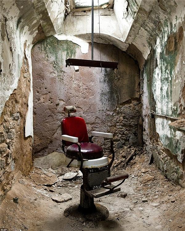 Trong ảnh là nơi cắt tóc cho các phạm nhân. Nhiều người đã cố đào đường hầm để trốn ra ngoài, cho đến nay, dấu tích ấy vẫn còn.(Ảnh: Daily Mail)
