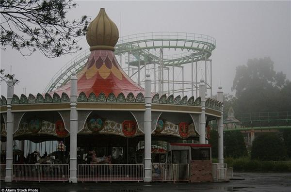 """Từng được kì vọng là đối thủ của Disneyland, công viên Nara Dreamland được xây dựng vào năm 1961 tại Nhật, nhưng rồi dần rơi vào quên lãng khi không thu hút được lượng khách tham quan khủng như """"ông lớn"""" Disneyland.(Ảnh: Daily Mail)"""